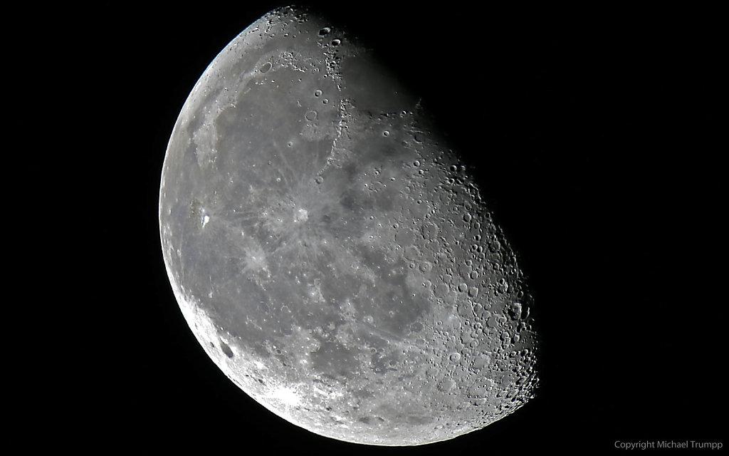 Mond aus 35 gestackten Fotos