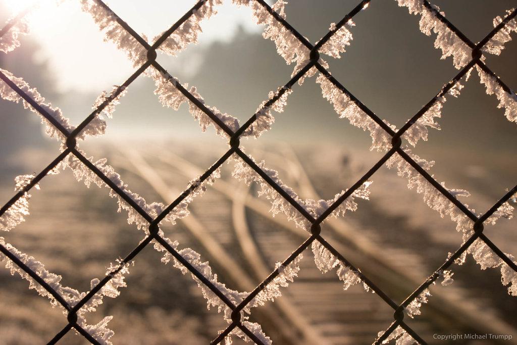Schienen hinter Gitter